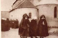 Sortie de messe, berrichonnes à Vic Aout 1891
